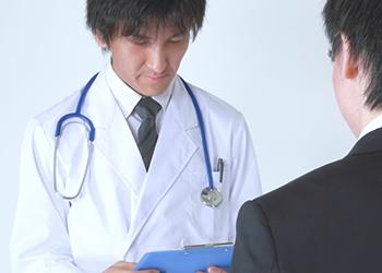 医師カウンセリングを受けている男性